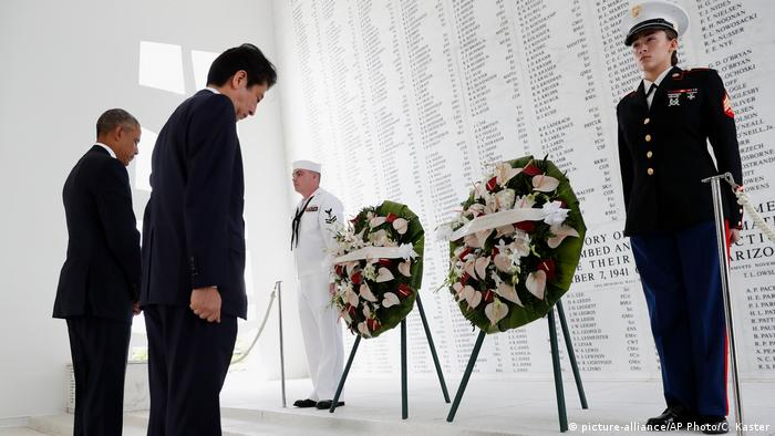 USA Barack Obama und Shinzo Abe auf dem USS Arizona Memorial in Honolulu (picture-alliance/AP Photo/C. Kaster)