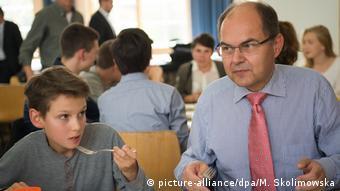 Кристиан Шмидт в школьной столовой