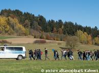 Беженцы пересекают границу Австрии и Германии
