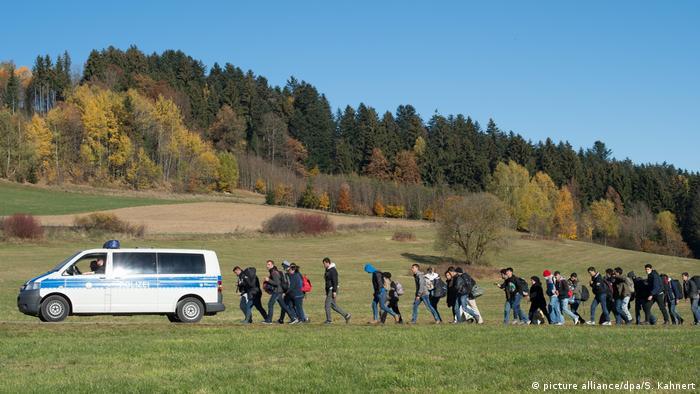 Kolona izbjeglica iza vozila austrijske policije