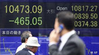 Börsenhändler vor Dow-Jones-Kurve