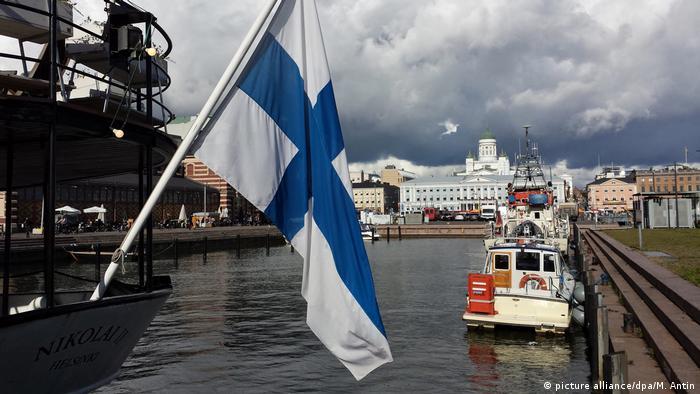 Finnland Fahne im Hafen von Helsinki