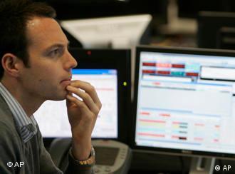 Börsenhändler vor Bildschirm (Quelle: AP)