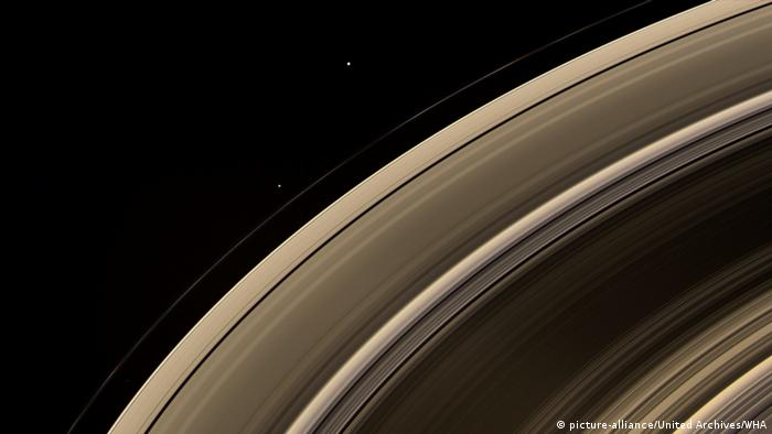 Aufnahmen der Raumsonde Cassini - beringte Saturn Monde (picture-alliance/United Archives/WHA)