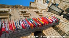 Fahnen am Konferenzzentrum Hofburg, Oesterreich, Wien | flags at conference centre Hofburg, Austria, Vienna | Verwendung weltweit