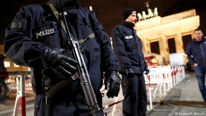 Полицейские на фоне Бранденбургских ворот.