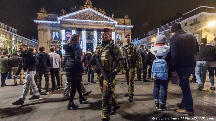 Военные и обычные люди в центре Брюсселя.