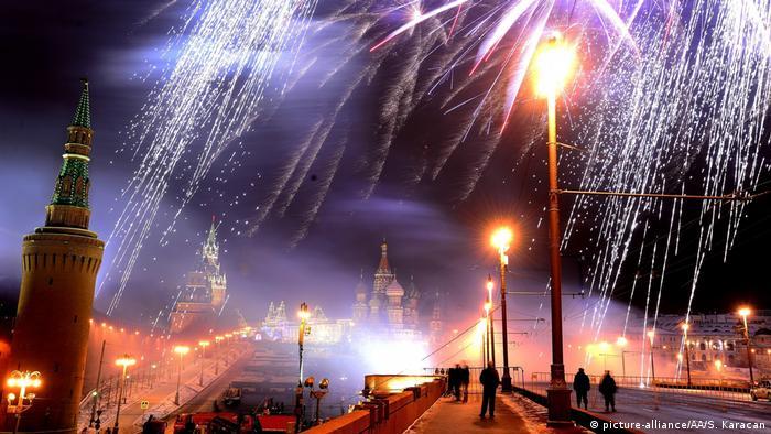 Фейерверк в Москве на фоне Кремля.