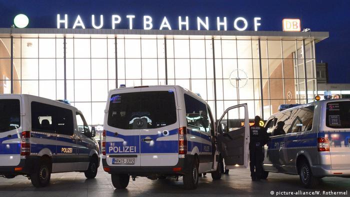 Машины полиции на фоне главного вокзала Кельна.