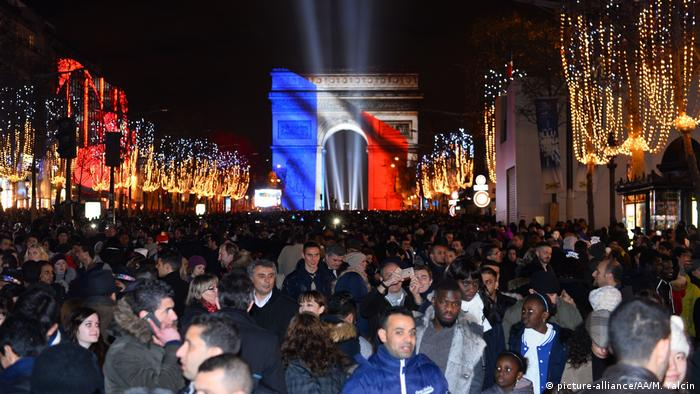 Neujahr - Feuerwerk in Paris (picture-alliance/AA/M. Yalcin)