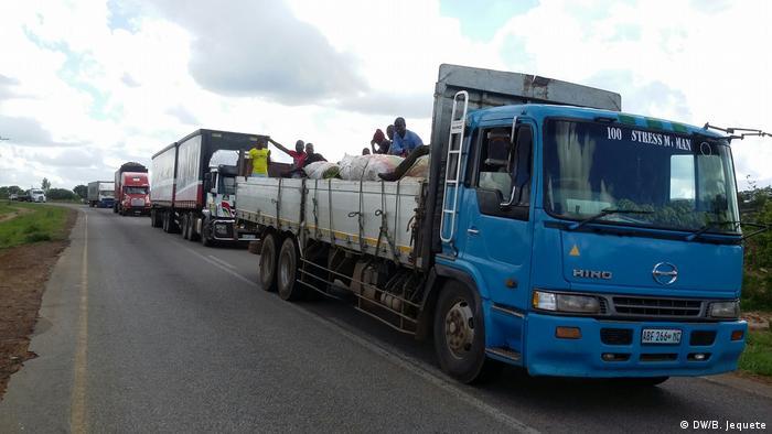 Mosambik   Straße zwischen Vanduzi und Tete im Zentrum Mosambiks kurz vor Waffenruhe zwischen Regierung und Oppositionspartei RENAMO