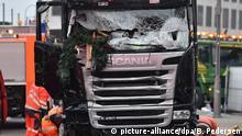 20.12.2016+++Berlin, Deutschland Mitarbeiter eines Abschleppunternehmens hocken am 20.12.2016 am Breitscheidplatz in Berlin neben einem beschädigten LKW, der abgeschleppt werden soll. Bei einem möglichen Anschlag war ein Unbekannter am Montag (19.12.) mit einem Lastwagen auf einen Weihnachtsmarkt an der Gedächtniskirche gefahren. Foto: Britta Pedersen/dpa +++(c) dpa - Bildfunk+++ | Verwendung weltweit