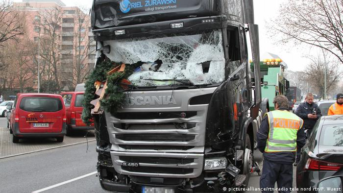 The smashed front of the Scania truck used in the attack (picture-alliance/rtn-radio tele nord rtn/P. Wuest)