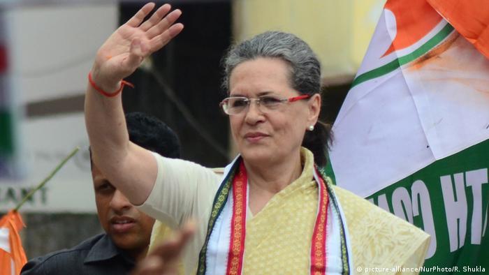 Indien Sonia Gandhi in Varanasi (picture-alliance/NurPhoto/R. Shukla)