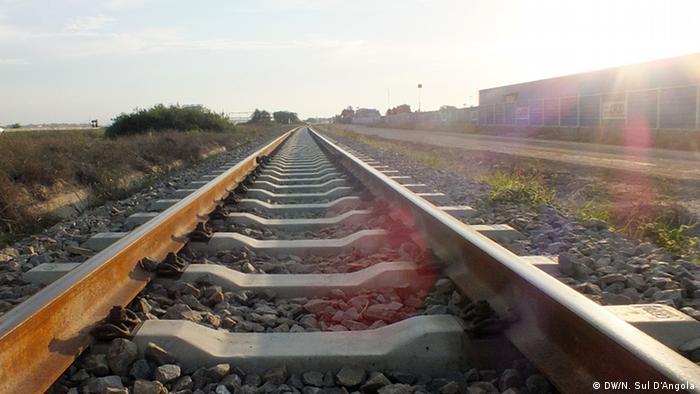 تصویری از خط آهن باری-مسافری بنگوئلا در آنگولا. این خط از شهر لبیتو در آنگولا شروع و در شهر تنکه در جمهوری دموکراتیک کنگو به پایان میرسد. این خط آهن در آنگولا با سرمایهگذاری چین احیا شد.