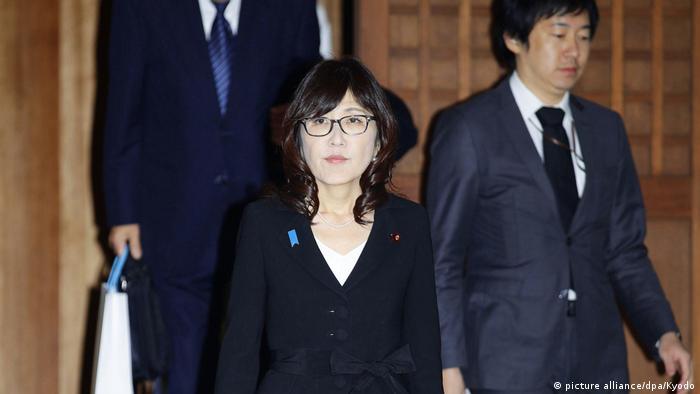 Japan Verteidigungsministerin Tomomi Inada besucht umstrittenen Kriegsschrein (picture alliance/dpa/Kyodo)