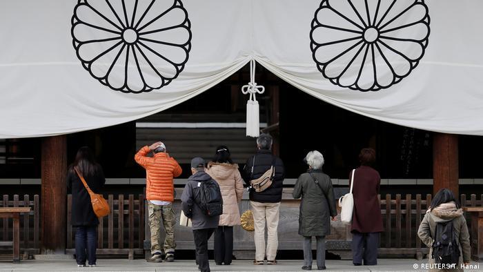 Japan Verteidigungsministerin Tomomi Inada besucht umstrittenen Kriegsschrein (REUTERS/T. Hanai)