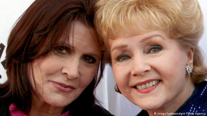 USA Carrie Fisher und Debbie Reynolds beim Debbie Reynolds Hollywood Memorabilia Collection Auction (imago/Independent Photo Agency)
