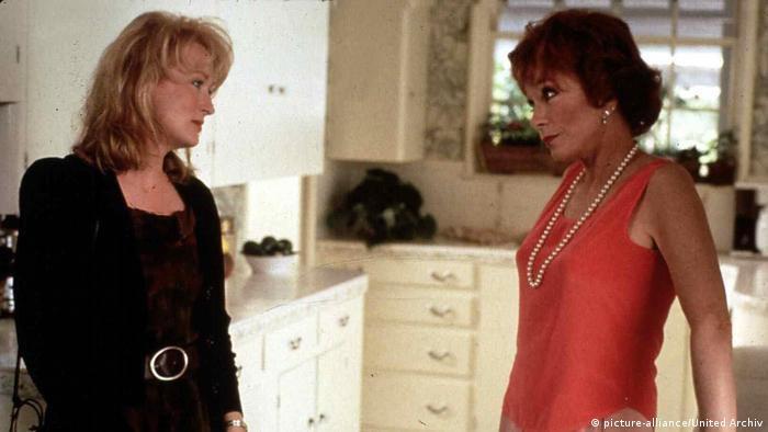 Standbild des Filmes Postcards From The Edge mir Meryl Streep und Shirley MacLaine. (picture-alliance/United Archiv)