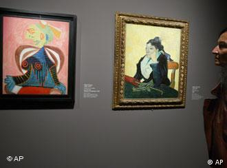Un visitante observa el Retrato de Lee Miller en Arlesienne, óleo pintado por Picasso en 1937.