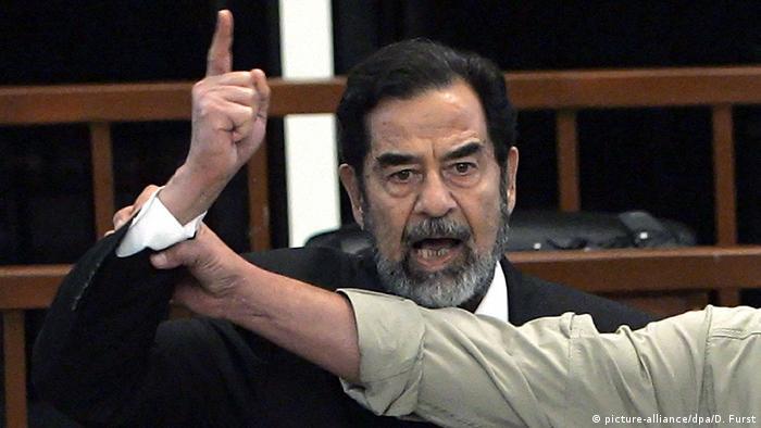 Irak Saddam Hussein im Gerichtssaal (picture-alliance/dpa/D. Furst)