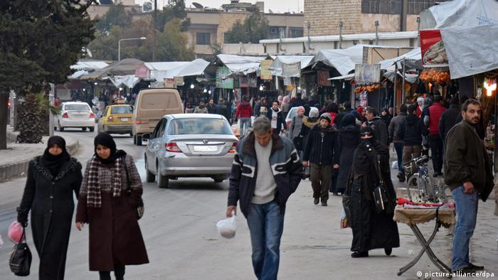 صورة من الأرشيف لشارع في حلب بعد وقف لإطلاق النار