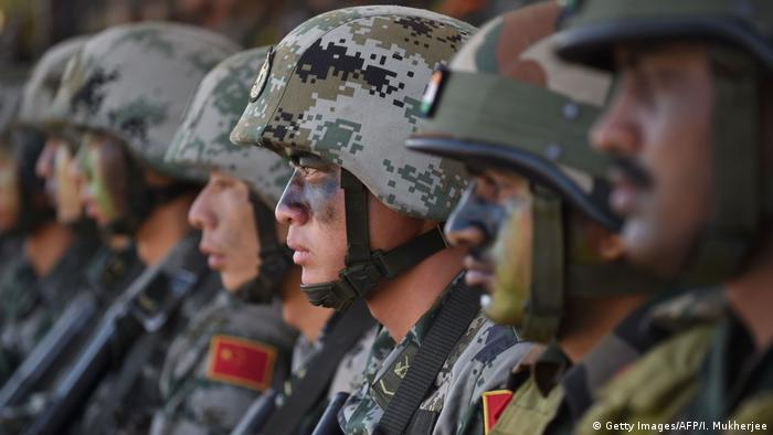 Indien allgemeine Bilder der indischen Armee mit chinesischen Soldaten (Getty Images/AFP/I. Mukherjee)