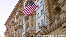 ARCHIV 1999 ++++ Menschen vor der US-amerikanischen Botschaft in der russischen Hauptstadt Moskau am 30. November 1999. |