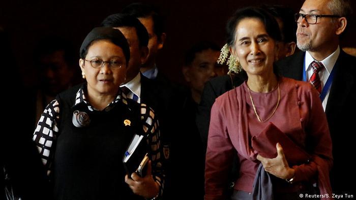 Myanmar Yangon - Indonesiens Aussenminister Retno Marsudi und Aung San Suu Kyi (Reuters/S. Zeya Tun)