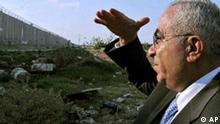 Salam Fayyad an der Mauer in der Westbank