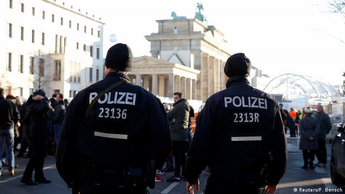 Deutschland Berlin - Polizei am Brandenburger Tor (Reuters/F. Bensch)
