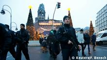 Deutschland Berlin - Polizei patroulliert am wieder geöffneten Weihnachtsmarkt am Breitscheidplatz