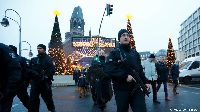 Deutschland Berlin - Polizei patroulliert am wieder geöffneten Weihnachtsmarkt am Breitscheidplatz (Reuters/F. Bensch)