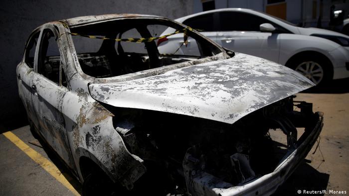 Veículo com corpo carbonizado foi encontrado em Nova Iguaçu, na Baixada Fluminense