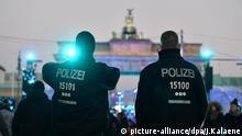 Polizisten sichern am 31.12.2016 in Berlin die Festivalmeile vor dem Brandenburger Tor. Abgesichert von Betonpollern und mit verschärften Einlasskontrollen hat am Samstag die Party zum Jahreswechsel begonnen. Foto: Jens Kalaene/dpa-Zentralbild/dpa +++(c) dpa - Bildfunk+++