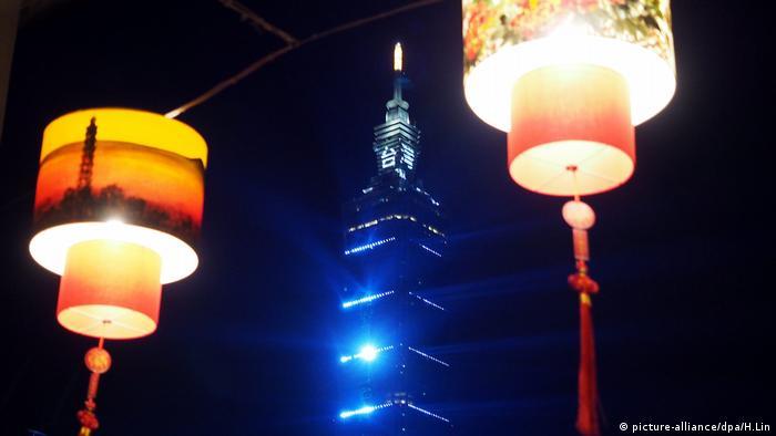 Taiwan Neujahr 2017 Silvester Feuerwerk (picture-alliance/dpa/H.Lin)
