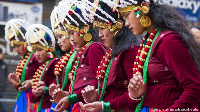 Nepal Neujahr 2017 Kathmandu (picture-alliance/dpa/H.Shrestha)