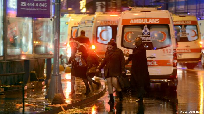 Türkei Istanbul - Menschen flüchten von Nachtclub nach Attacke (Reuters/Stringer)