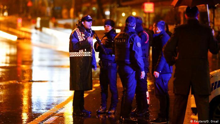 Türkei Istanbul - Polizei sichert Nachtclub nach Angriff (Reuters/O. Orsal)