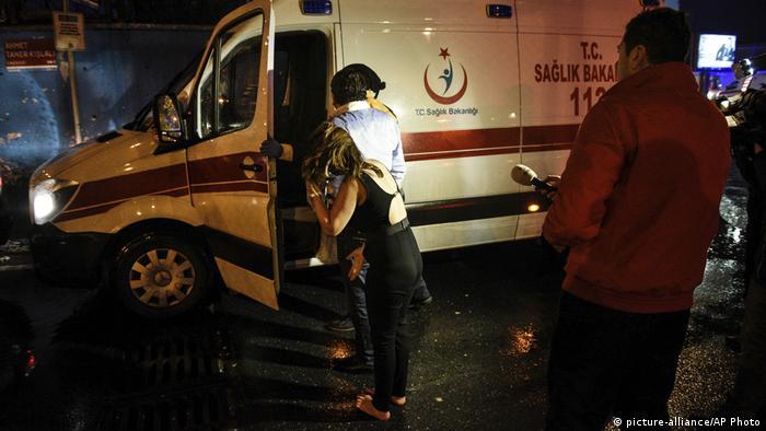 Türkei Istanbul - Ambulanz und Polizei wegen Angriff auf Nachtclub (picture-alliance/AP Photo)