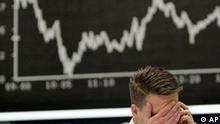 Ein Aktienhaendler ist am Dienstag, 7. Oktober 2008, vor dem Verlauf des DAX an der Boerse in Frankfurt am Main zu sehen. Die internationalen Aktienmaerkte sind auch am Tag nach dem weltweiten Boersenbeben hochnervoes. Vor allem die Aktien von Banken sind heftig unter Druck geraten. Die Deutsche Bank verlor am Dienstag zeitweise um die 13 Prozent und verzeichnete am Mittag noch ein Minus von 6,6 Prozent. Der Deutsche Aktienindex (DAX) drehte jedoch getrieben vom enormen Anstieg der VW-Aktie in Plus - sie verzeichnete einen Anstieg von 42 Prozent oder mehr als 120 Euro. (AP Photo/Michael Probst)