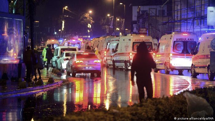 Türkei Istanbul - Ambulanz nach Angriff auf Nachtclub (picture-alliance/dpa/IHA)