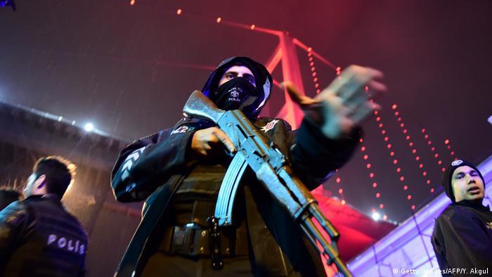Türkei Istanbul - Polizei sichert Nachtclub nach Angriff (Getty Images/AFP/Y. Akgul)