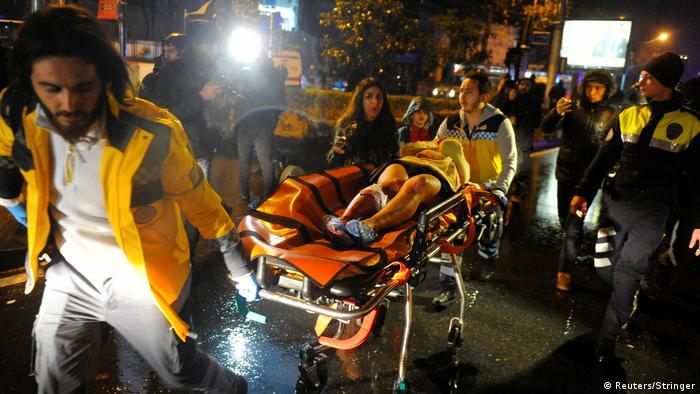 Türkei Istanbul - Sanitäter transportieren verletzte nach Angriff auf Nachtclub (Reuters/Stringer)