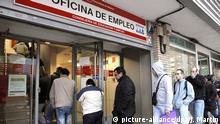 ARCHIV- Arbeitslose stehen am 02.12.2011 in Madrid in einer langen Schlange vor einem Jobcenter in der spanischen Hauptstadt.Am 14.11.2016 wird eineStudie der Bertelsmann-Stiftung zum Arbeitsmarkt in der EUvorgestellt. Foto: Juanjo Martin/EPA/dpa +++(c) dpa - Bildfunk+++ |