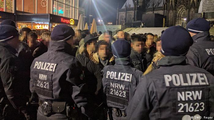 Police and suspects on New Year's Eve in front of Cologne Cathedral
