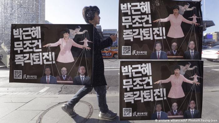 Südkorea Politik Plakat Kritik Park Geun-hye (picture alliance/AP Photo/A.Young-Joon)