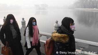 Женщины с респираторами в Пекине