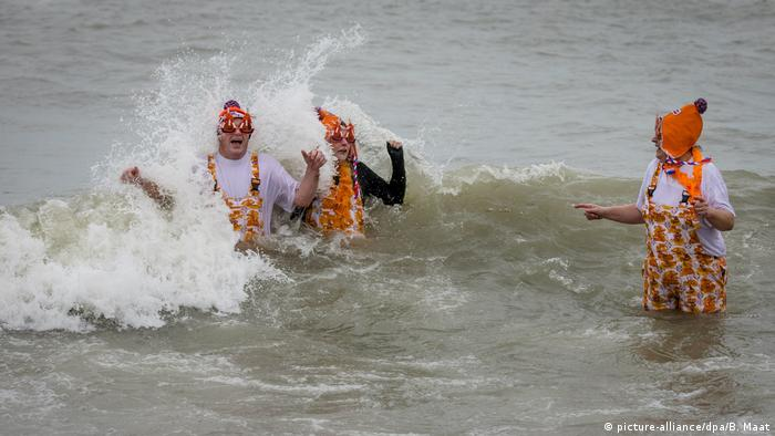 Swimmers in the North Sea during the Nieuwjaarsduik (New Year's Dive) on New Year's Day in Scheveningen, the Netherlands (picture-alliance/dpa/B. Maat)
