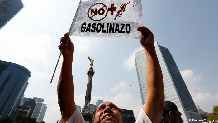 Cientos de personas expresaron su rechazo en Ciudad de México al aumento a los precios de la gasolina que entró en vigor este 1 de enero, en primera protesta del 2017 contra el presidente Enrique Peña Nieto. 02.01.2017